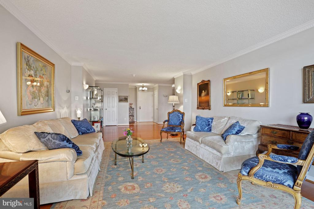 Loads of wonderful entertainment space - 1800 OLD MEADOW RD #1106, MCLEAN
