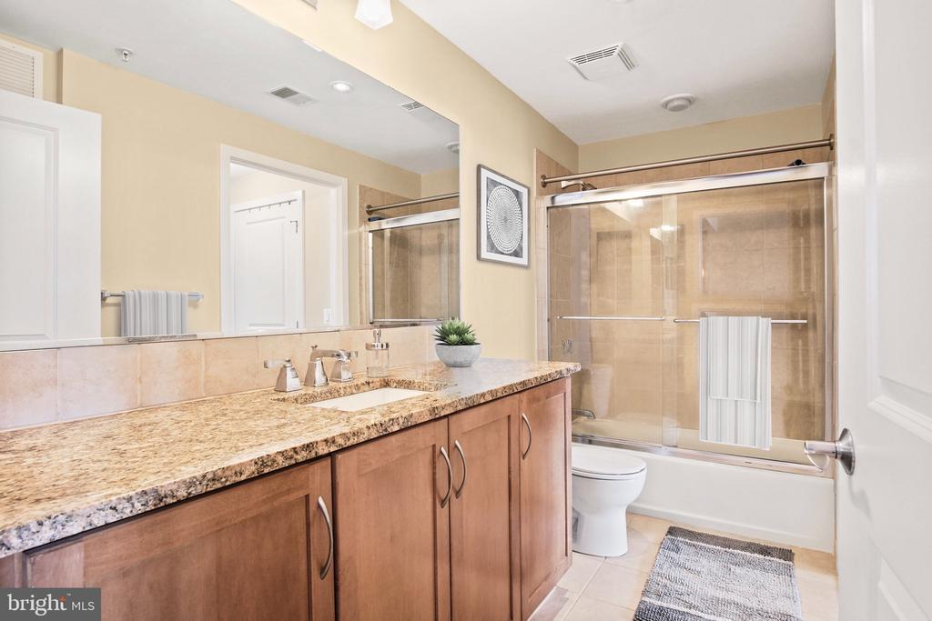 Luxe bathroom with glass shower - 888 N QUINCY ST #1506, ARLINGTON