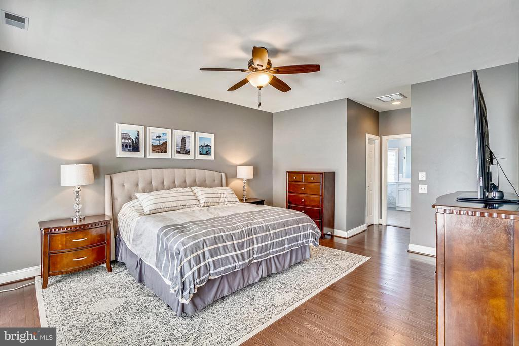 OWNER SUITE WITH SITTING ROOM & RENO BATH - 6444 ROCK HOLLOW LN, CLIFTON