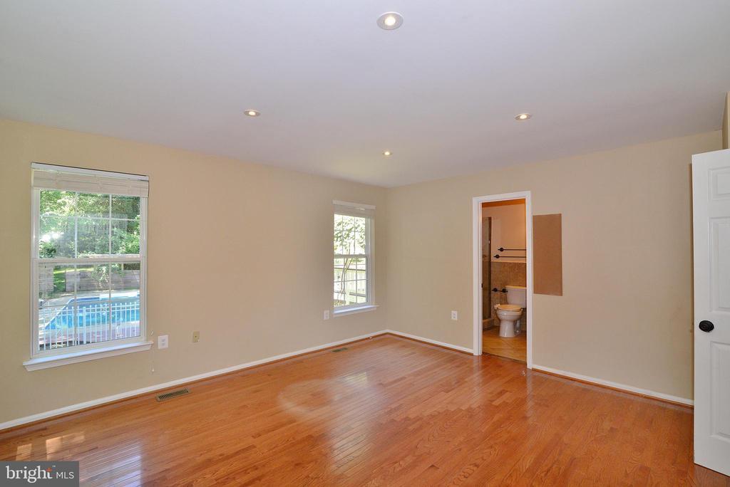 Master Bedroom (1st Flr) - 3366 BANNERWOOD DR, ANNANDALE
