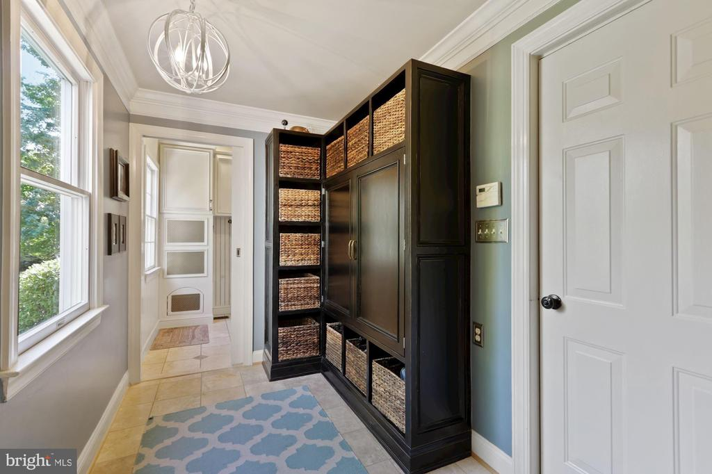 Mud Room with built-ins - 19854 ANNENBERG DR, ASHBURN