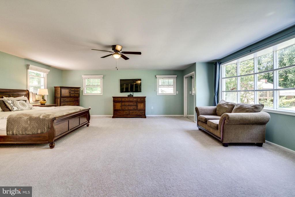 Enormous master bedroom - 5708 GLENWOOD CT, ALEXANDRIA