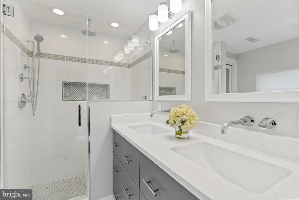 Master Bath w/Double Vanity - 3518 10TH ST NW #B, WASHINGTON