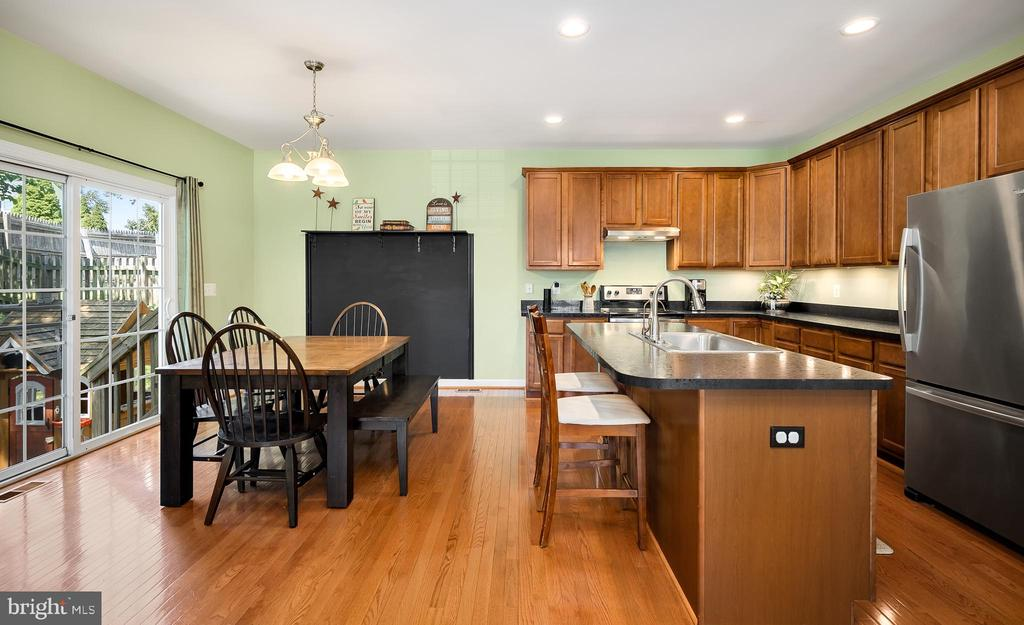 Kitchen & Dining Room - 18 LADYSMITH CT, HAMILTON