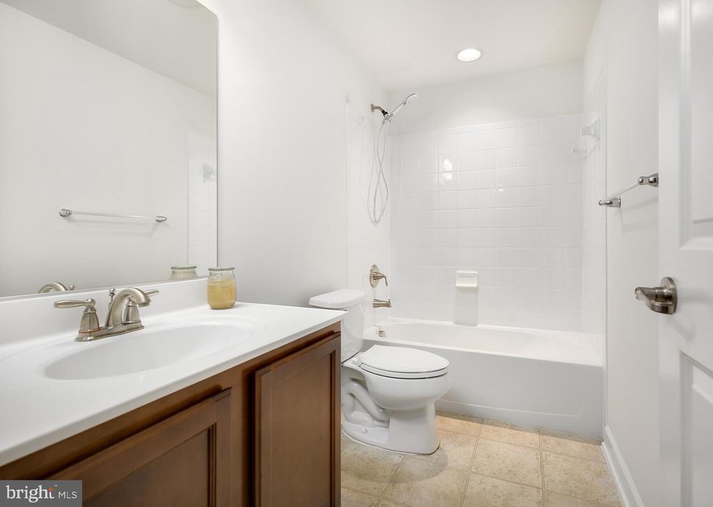 Full Bathroom in Basement - 18 LADYSMITH CT, HAMILTON