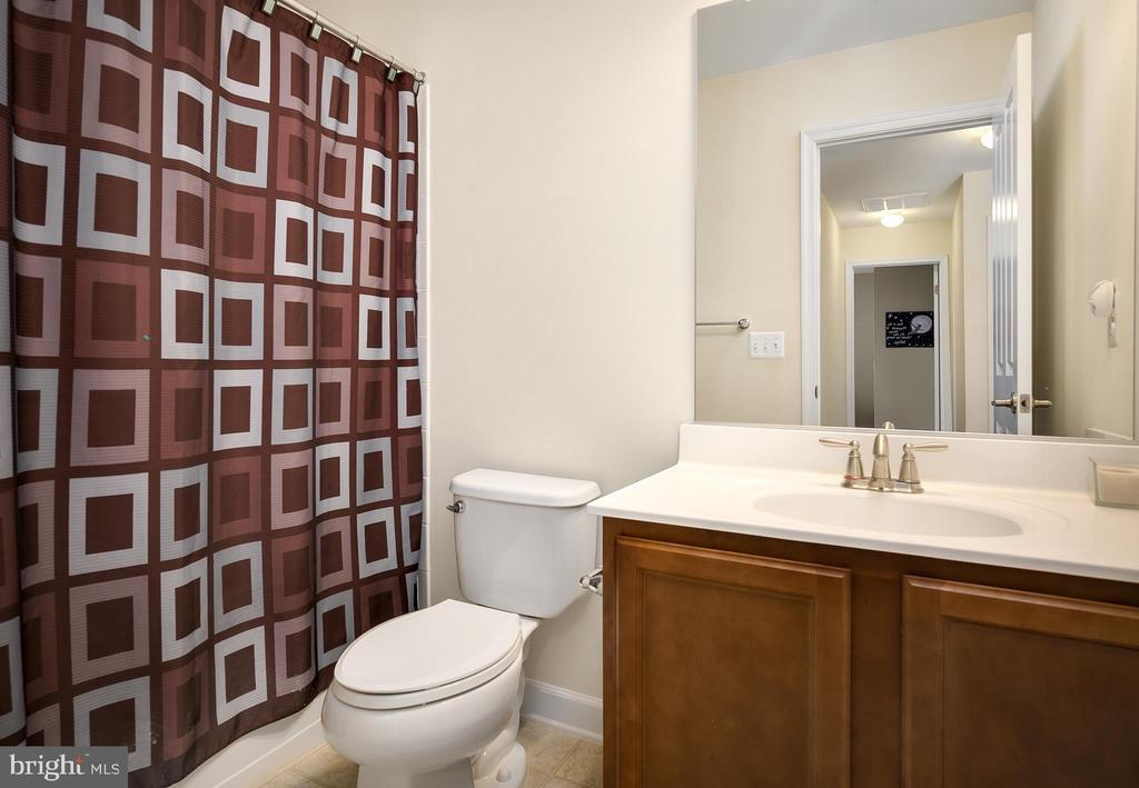 Second Full Bathroom on Upper Level - 18 LADYSMITH CT, HAMILTON