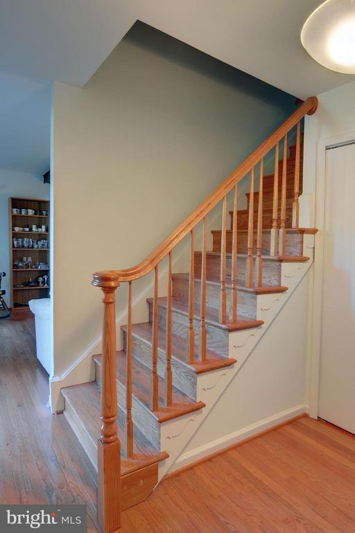 Oak Staircase - 8811 CUTTERMILL PL, SPRINGFIELD