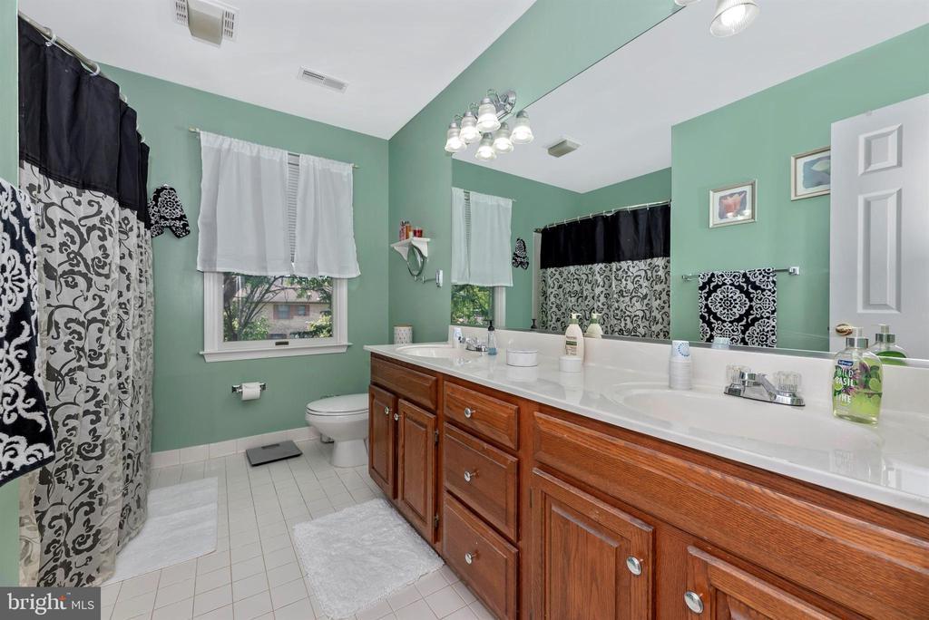Upper level hall bath - 18 GRAY FOX CT, MIDDLETOWN
