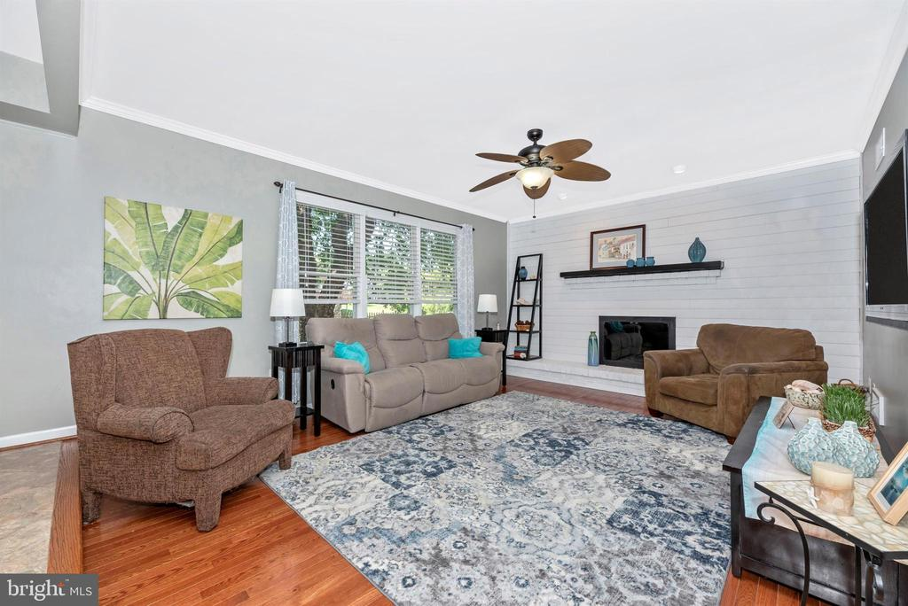 Sunken Family Room with fireplace - 18 GRAY FOX CT, MIDDLETOWN