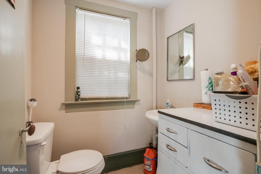 Carriage house half bath. - 9136 GRANT AVE, MANASSAS