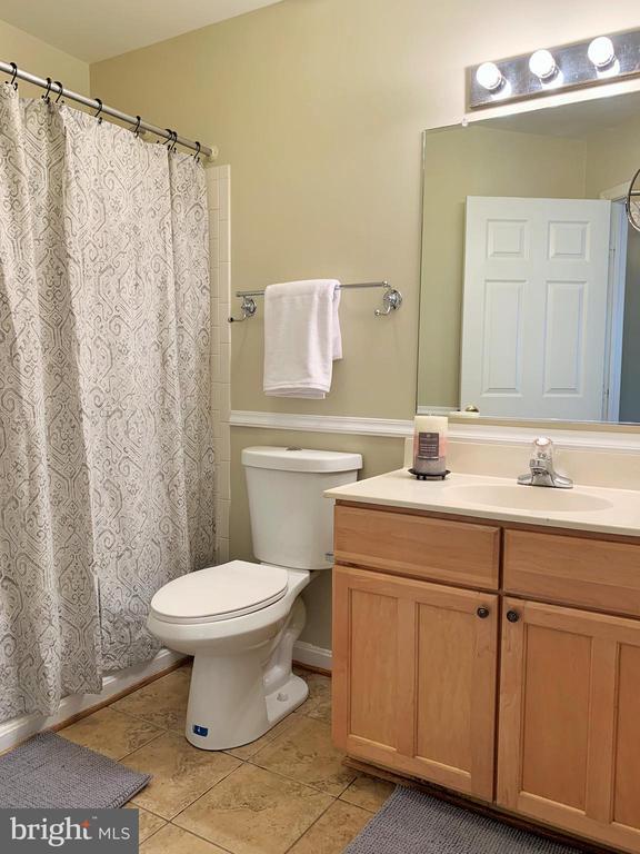 Guest bathroom - upper level - 43193 CARDSTON PL, LEESBURG