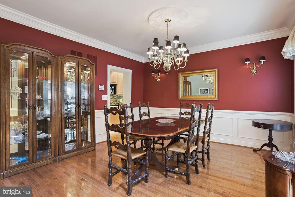 Classic  chandelier and wall sconces. - 20157 VALHALLA SQ, ASHBURN