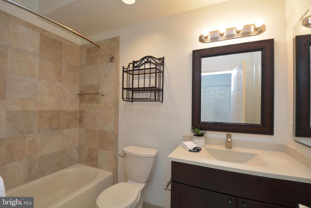 View of the updated master bathroom - 7004 ELLINGHAM CIR #45, ALEXANDRIA