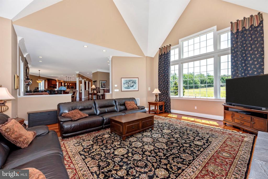 Family room with room for all - 12788 BARNETT DR, MOUNT AIRY