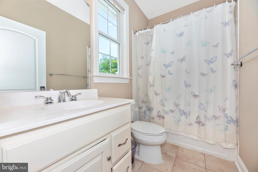 Bedroom #3 ensuite bath - 12788 BARNETT DR, MOUNT AIRY