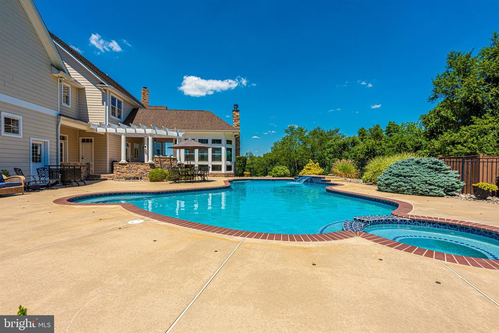 Heated Anthony Sylvan gunite pool/spa - 12788 BARNETT DR, MOUNT AIRY