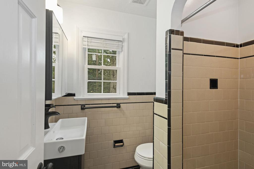Ensuite bath with vintage tile - 1813 HERNDON ST N, ARLINGTON