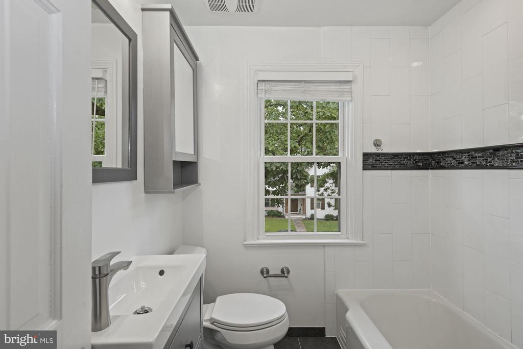 Hall bath on bedroom level - 1813 HERNDON ST N, ARLINGTON