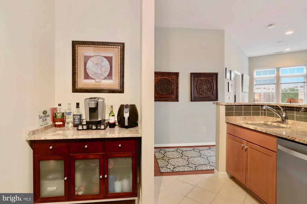 Bar and extra storage in kitchen - 309 HOLLAND LN #215, ALEXANDRIA