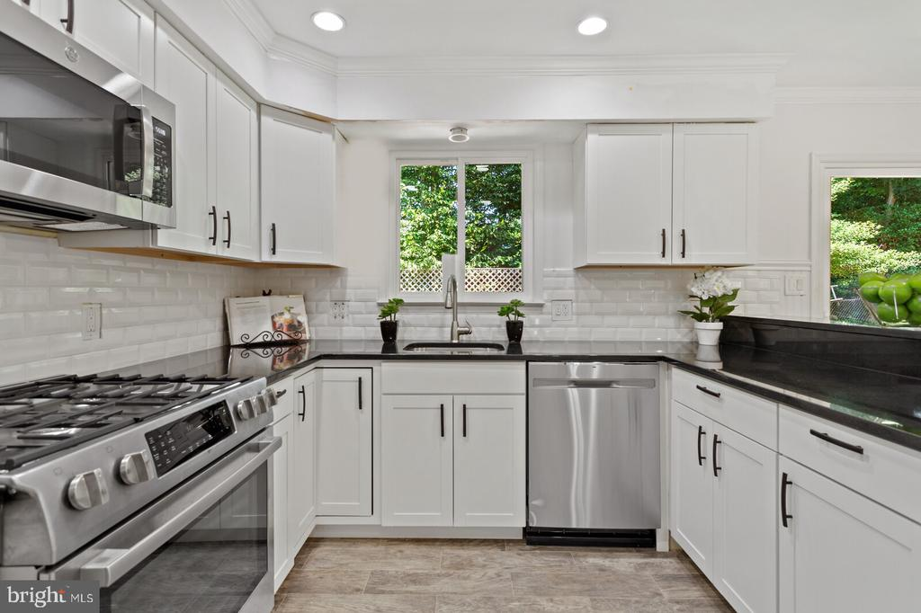 Gas range-electric oven-vents out - 8800 PRUDENCE DR, ANNANDALE