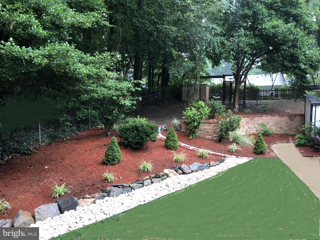 Low maintenance garden - 8800 PRUDENCE DR, ANNANDALE