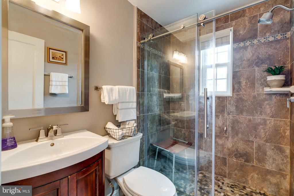 Upstairs full bath - 224 WESMOND DR, ALEXANDRIA