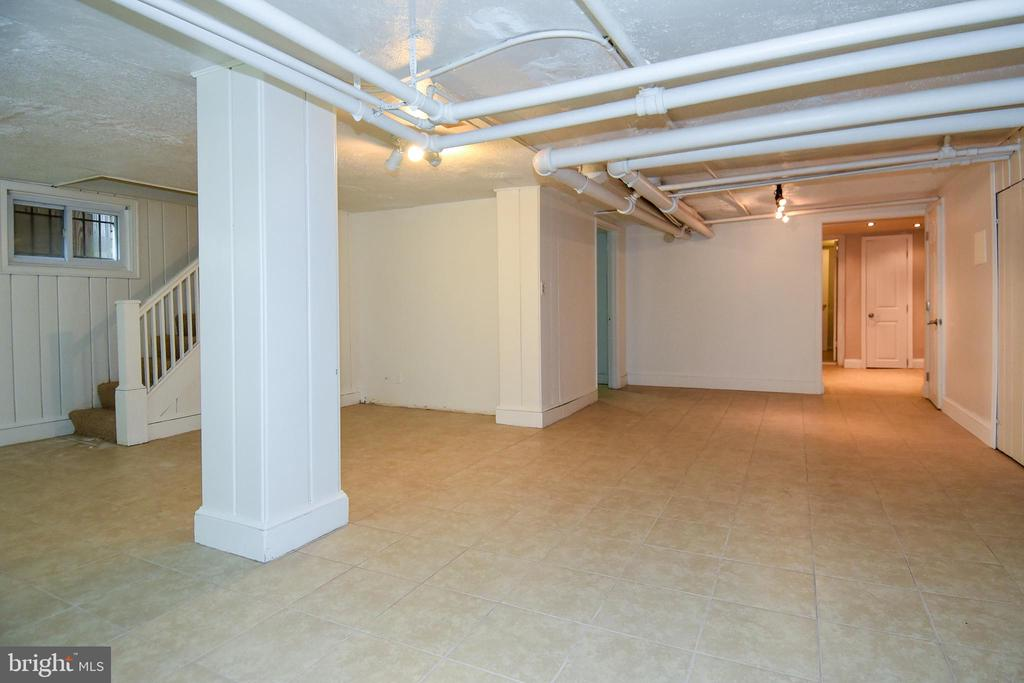 One bedroom apartment with side and rear entrance - 5603 16TH ST NW, WASHINGTON
