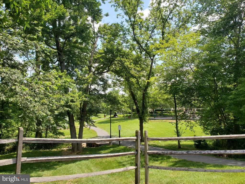 Community parking and paths - 26 WESTMORELAND DR, STERLING