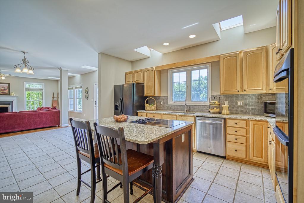 Kitchen-Granite Countertops & New Tile Backsplash - 40205 QUAILRUN CT, LOVETTSVILLE