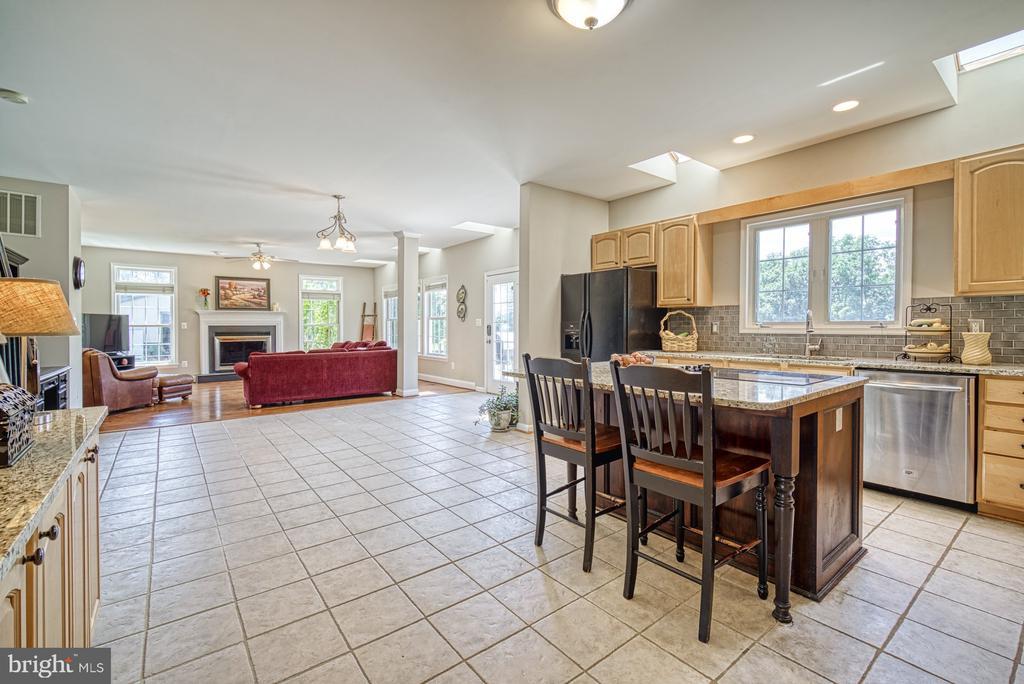Kitchen has eat-in Dining Area - 40205 QUAILRUN CT, LOVETTSVILLE