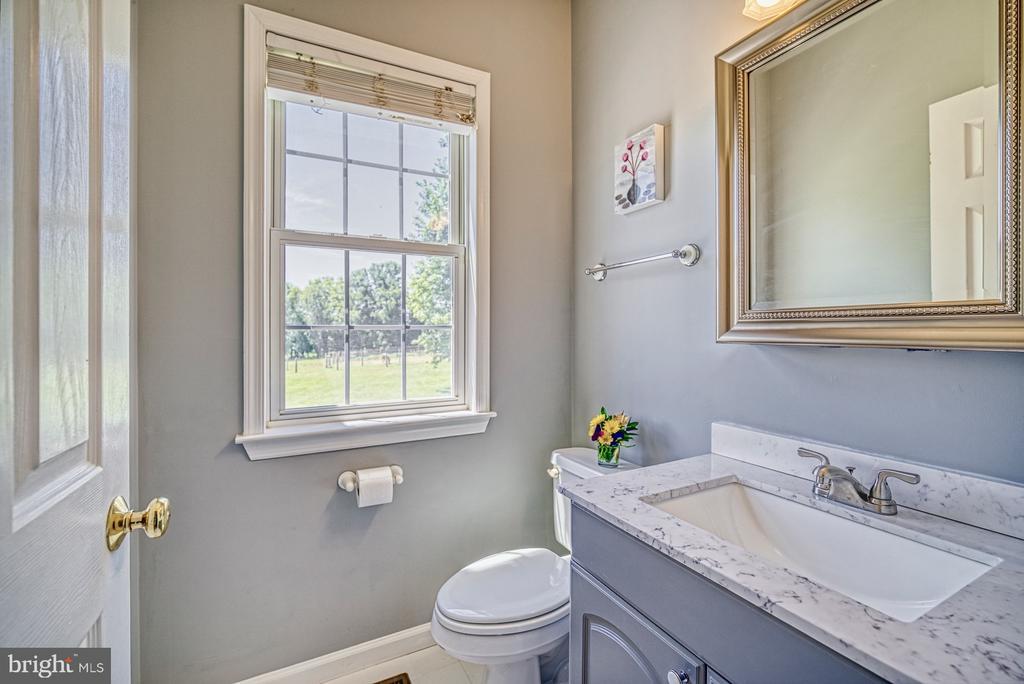 Remodeled Half Bath - Main Level - 40205 QUAILRUN CT, LOVETTSVILLE