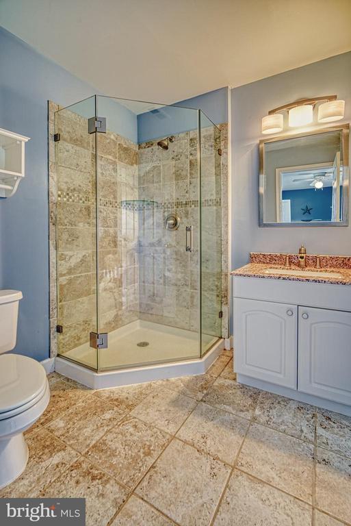 Remodeled En-Suite Full Bath - Upper Level - 40205 QUAILRUN CT, LOVETTSVILLE