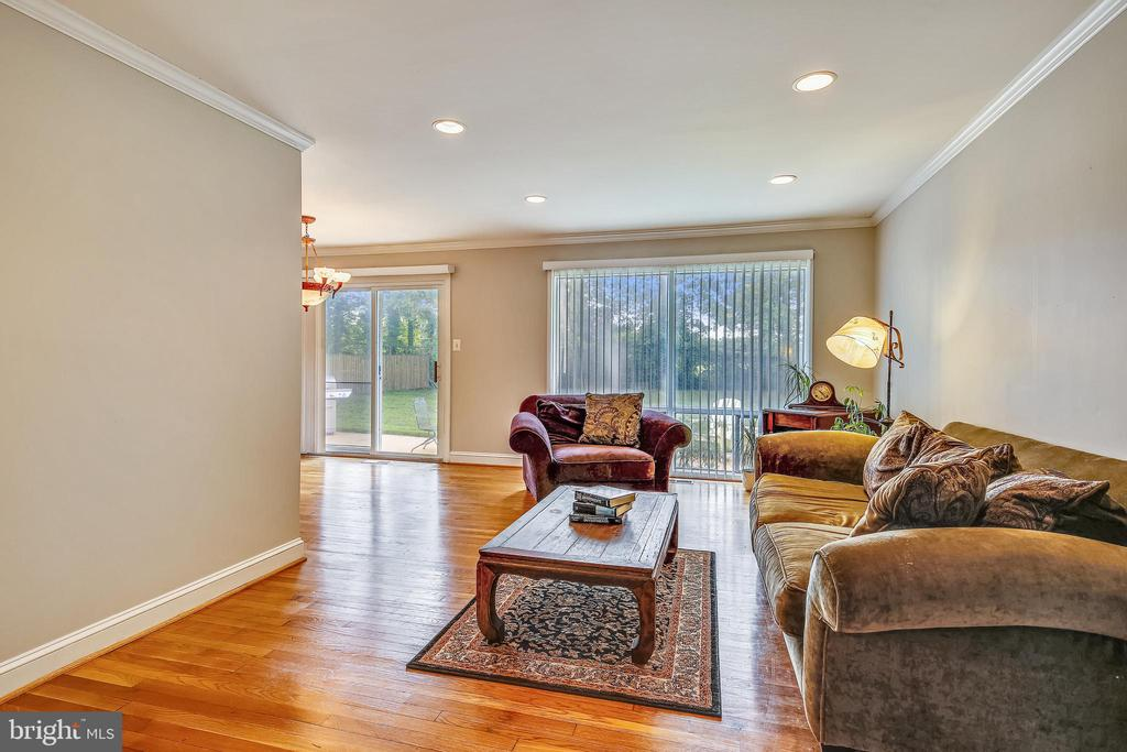 Wood Floors and Recessed Lighting - 6215 THOMAS DR, SPRINGFIELD