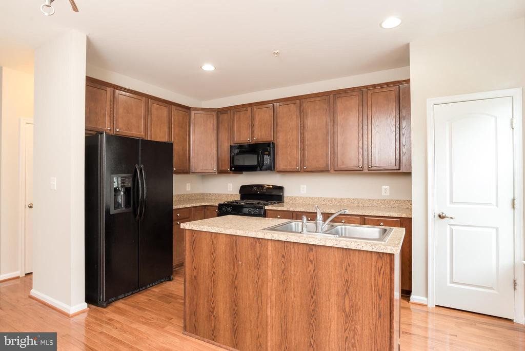 Eat-In Kitchen with Center Island & wood cabinets - 15405 ROSEMONT MANOR DR, HAYMARKET