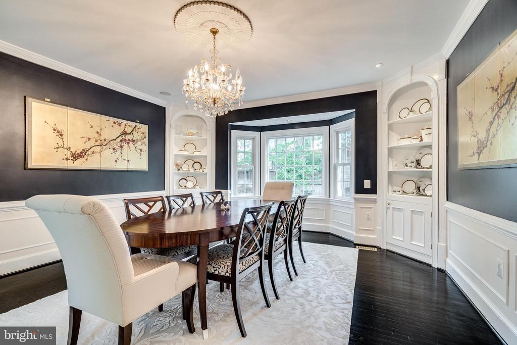 Timeless dining room with built-in cabinets - 3812 WASHINGTON WOODS DR, ALEXANDRIA