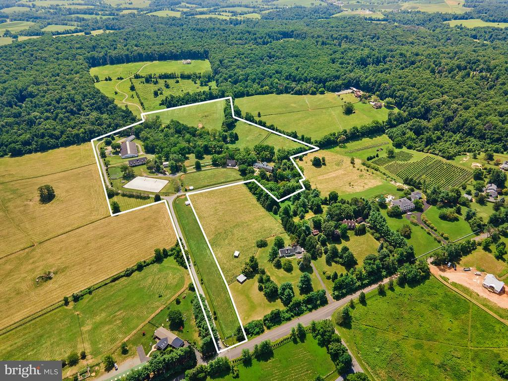 white outline is the33.3 acre parcel - 19200 ORCHARD MANOR LN, LEESBURG