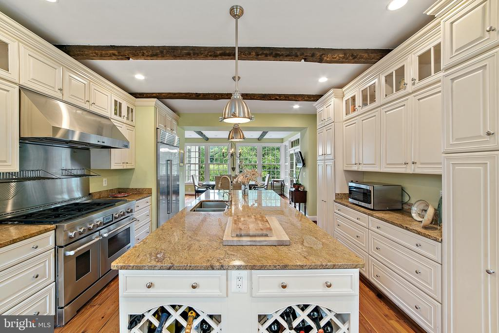 Kitchen with closer view of big range & cabinetry - 19200 ORCHARD MANOR LN, LEESBURG