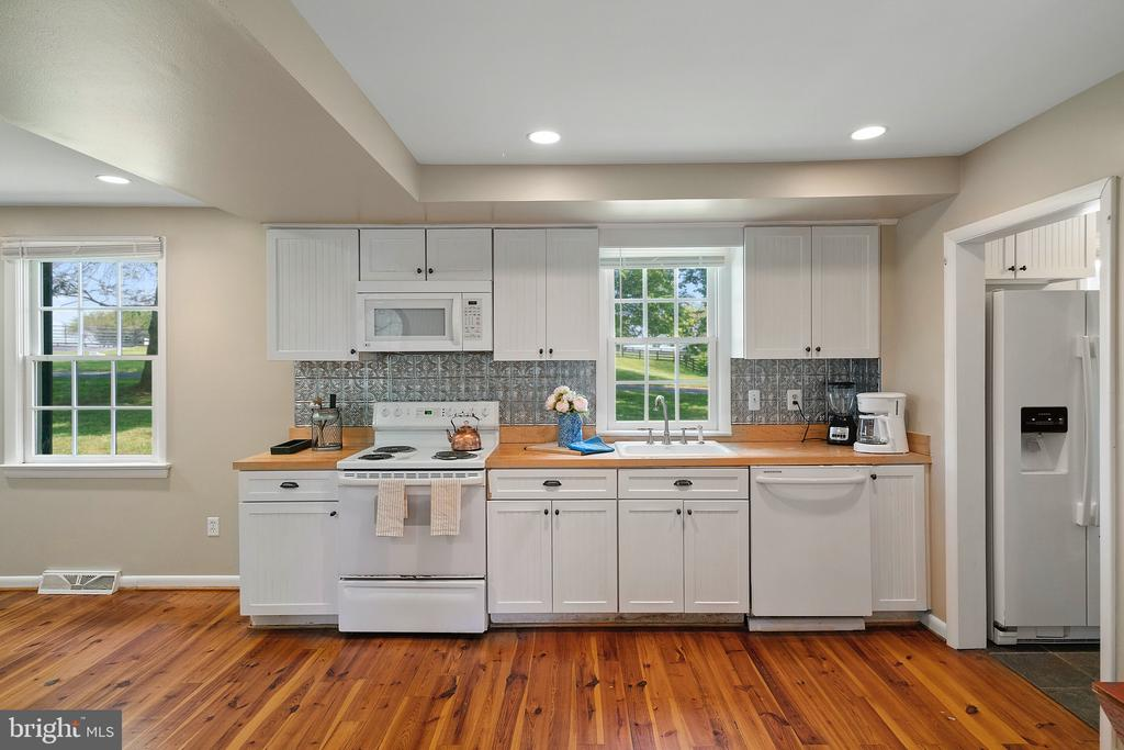 Cottage Kitchen:Dishwasher & Stove - 19200 ORCHARD MANOR LN, LEESBURG