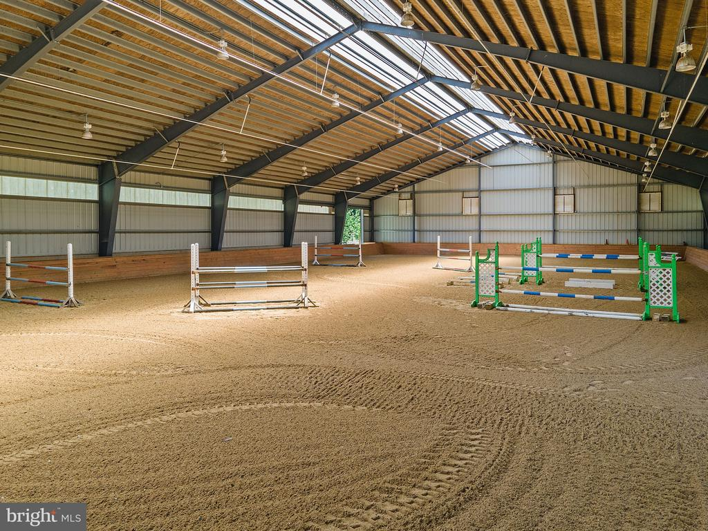 Indoor Arena: Halogen Lighting, Auto. Watering Sys - 19200 ORCHARD MANOR LN, LEESBURG