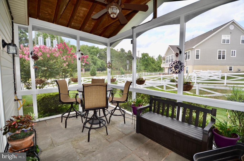 Gorgeous screened in porch with ceiling fan - 6290 SETTLERS TRAIL PL, GAINESVILLE