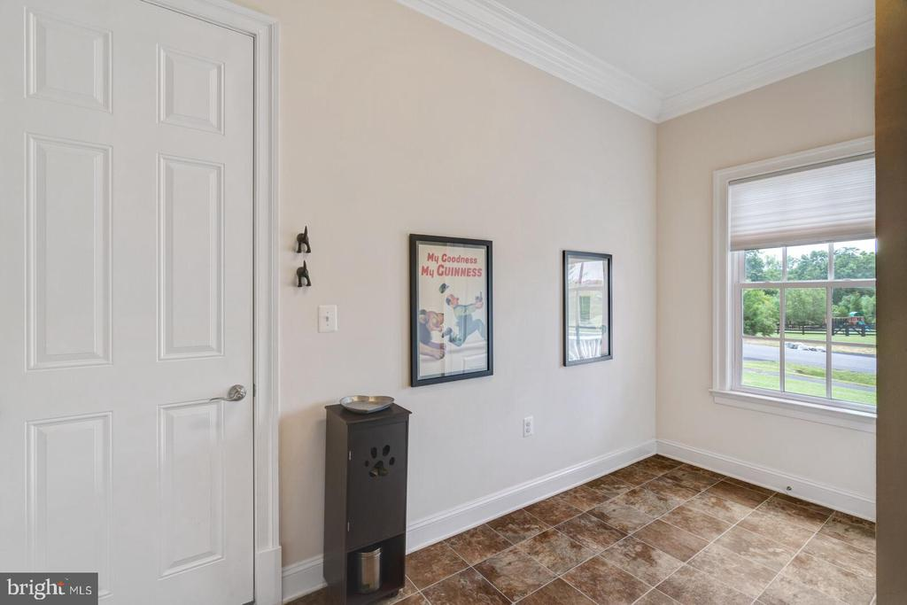 Spacious mudroom for with closet - 41932 CLOVER VALLEY CT, ASHBURN