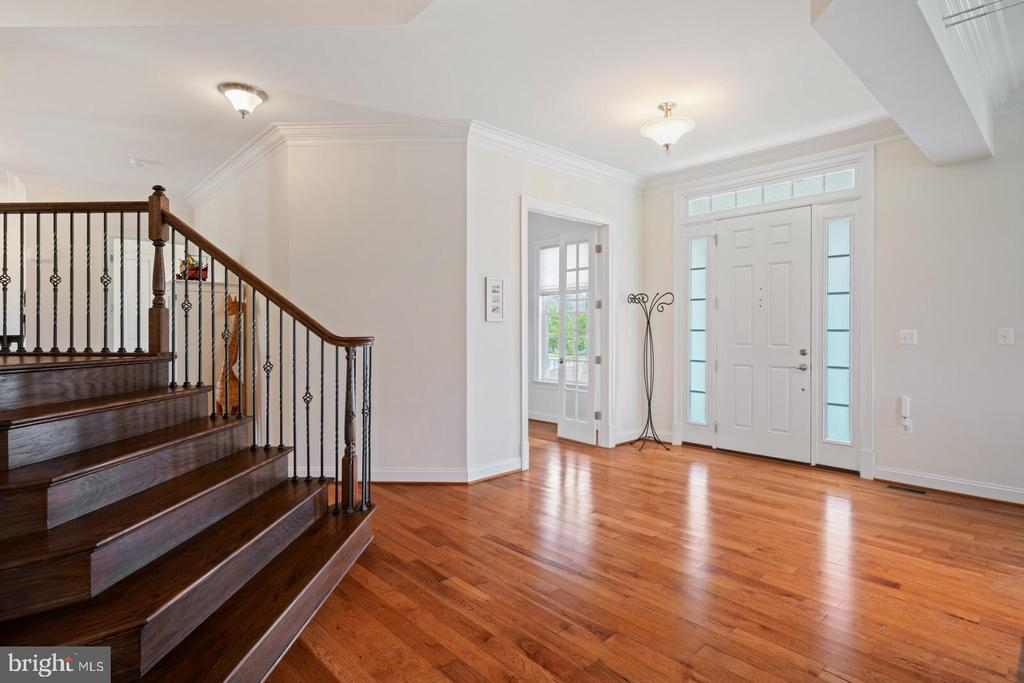 Generous foyer - 41932 CLOVER VALLEY CT, ASHBURN