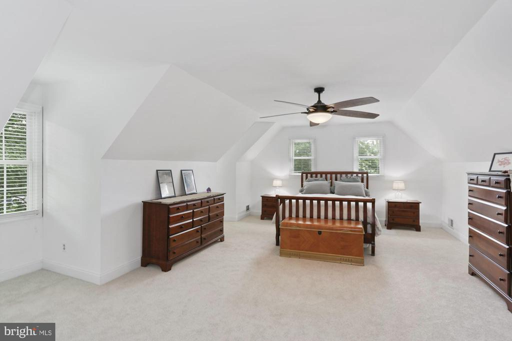 Very spacious Master Suite w/new carpet - 1958 BARTON HILL RD, RESTON