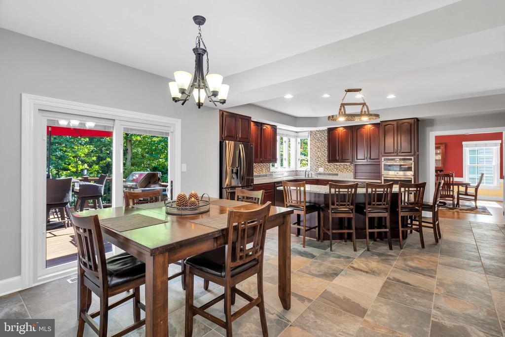 Gourmet kitchen great for entertaining - 8119 HADDINGTON CT, FAIRFAX STATION