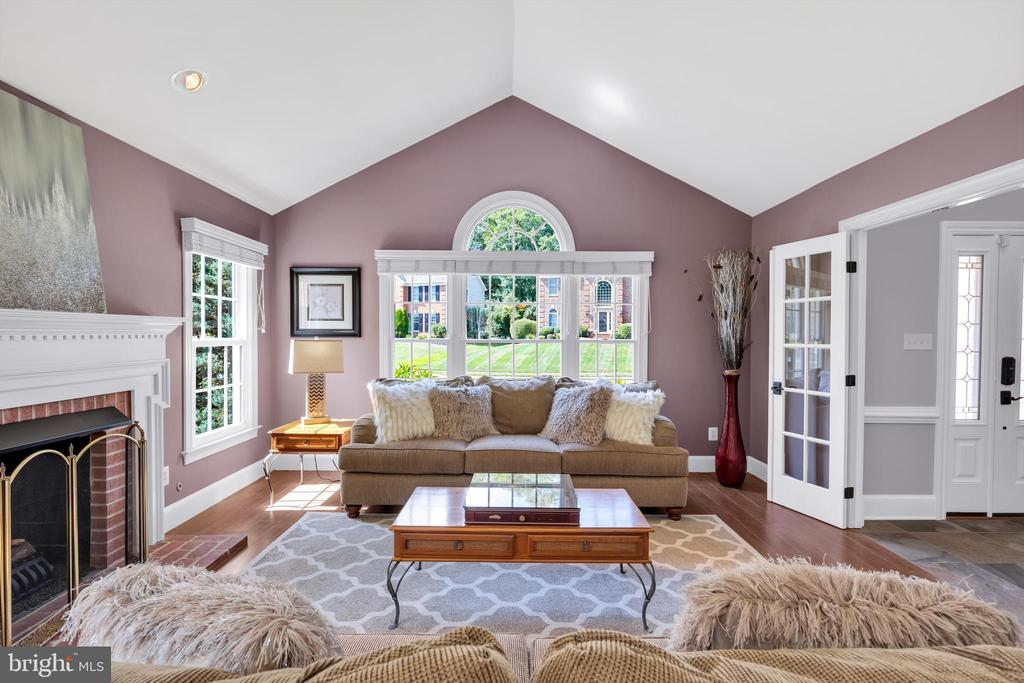 Living room with lots of windows! - 8119 HADDINGTON CT, FAIRFAX STATION