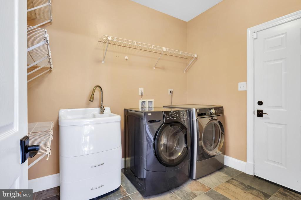 Laundry on main floor - 8119 HADDINGTON CT, FAIRFAX STATION