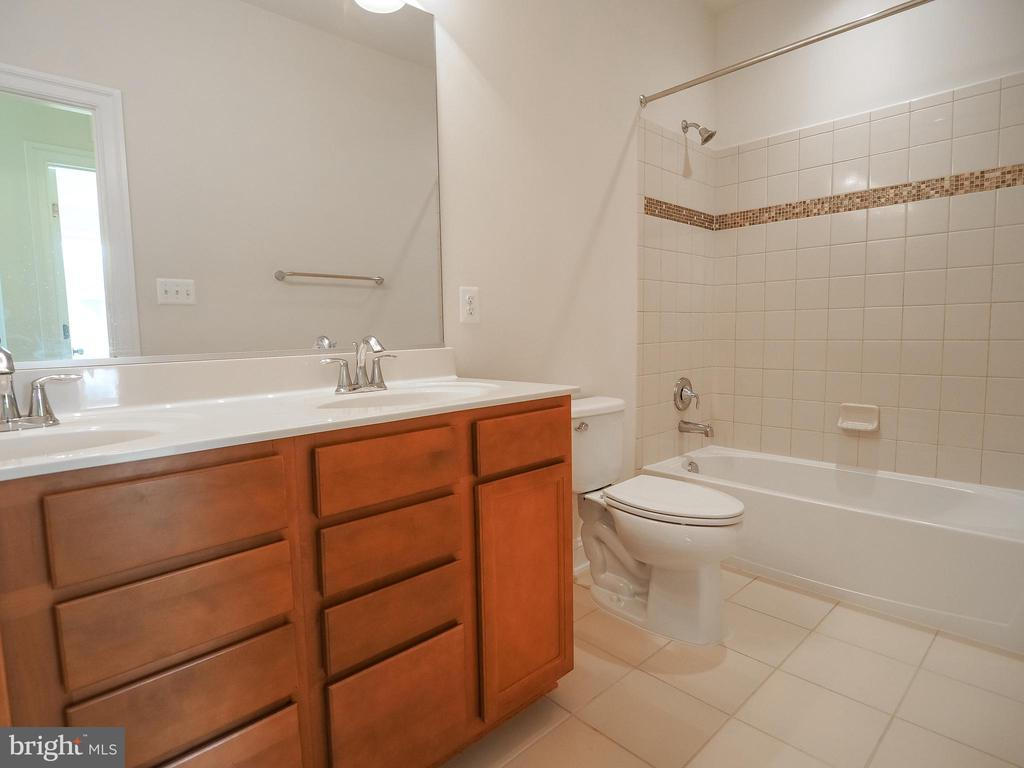 Upper Level Hall Bath - 41868 PADDOCK GATE PL, ASHBURN