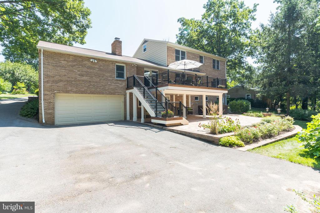 2 car garage w tons of parking. Room for a BB hoop - 10832 MIDDLEBORO DR, DAMASCUS
