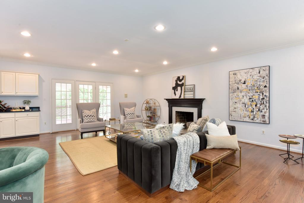 Family room with fireplace (wood burning or gas) - 1000 DARTMOUTH RD, ALEXANDRIA