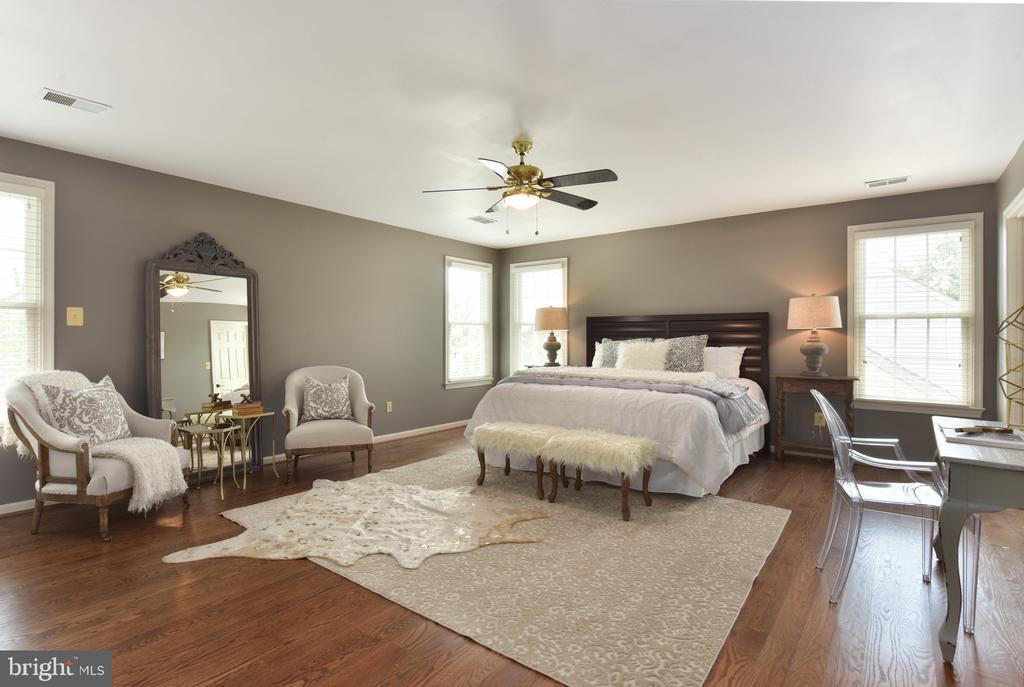 Spacious master bedroom suite - 1000 DARTMOUTH RD, ALEXANDRIA